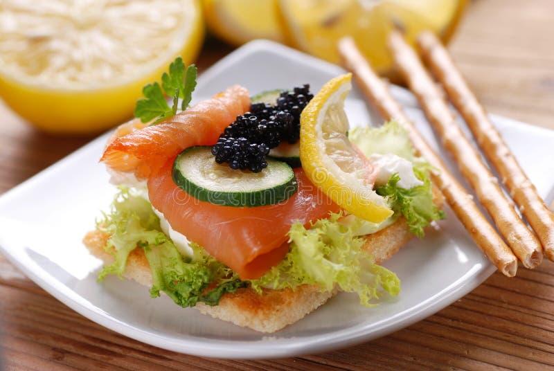 Canapes con los salmones y el caviar imagen de archivo