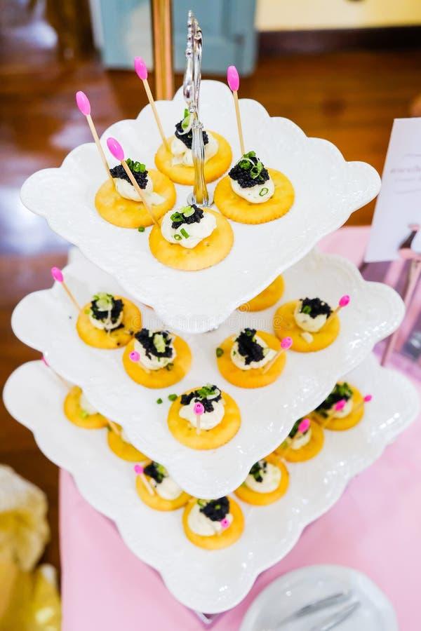 Canapes con los salmones y el caviar fumados imagenes de archivo