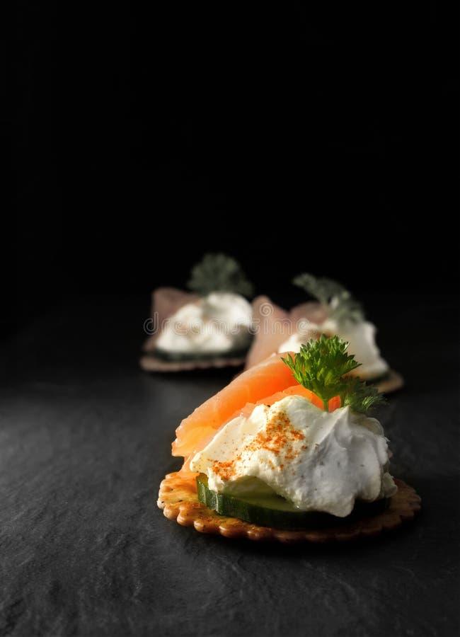 Canapes de color salmón fumados fotografía de archivo