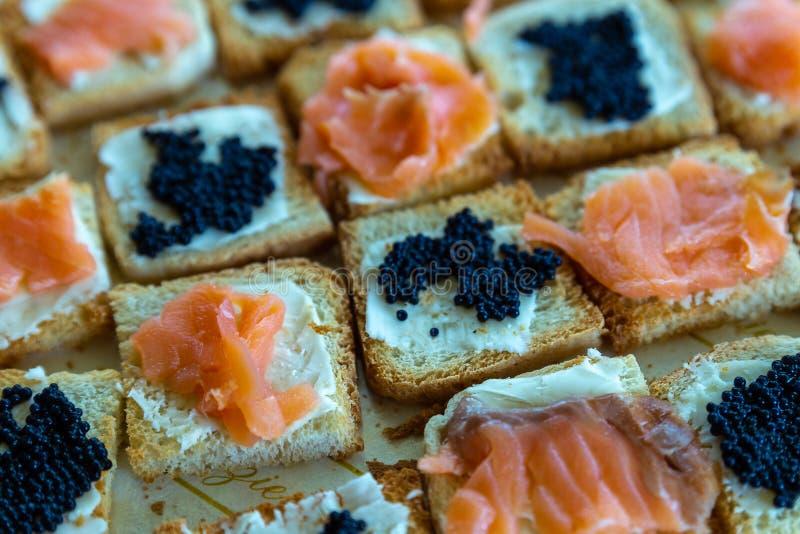Canapes dos salmões e do caviar fotografia de stock