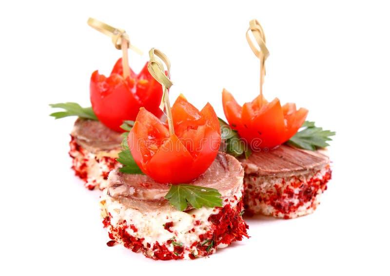 Canapes för kött tre och för körsbärsröda tomater royaltyfria bilder