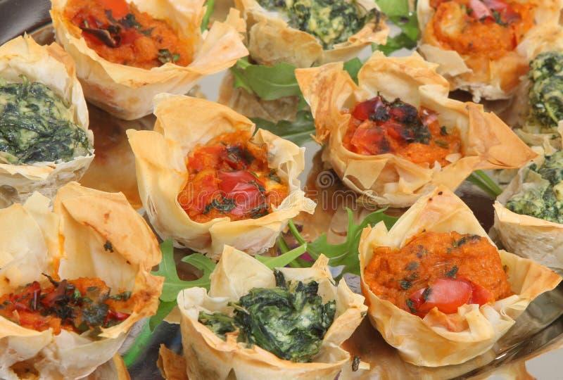 Canapes méditerranéens de pâtisserie de Filo images libres de droits