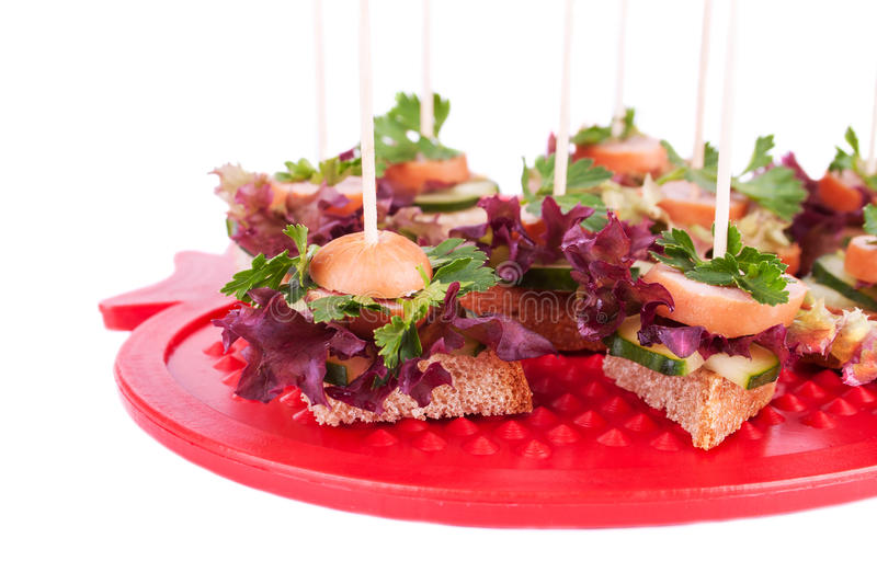 Canapes met Brood, Salade, Peterselie, Komkommer en Sasugaes stock foto's