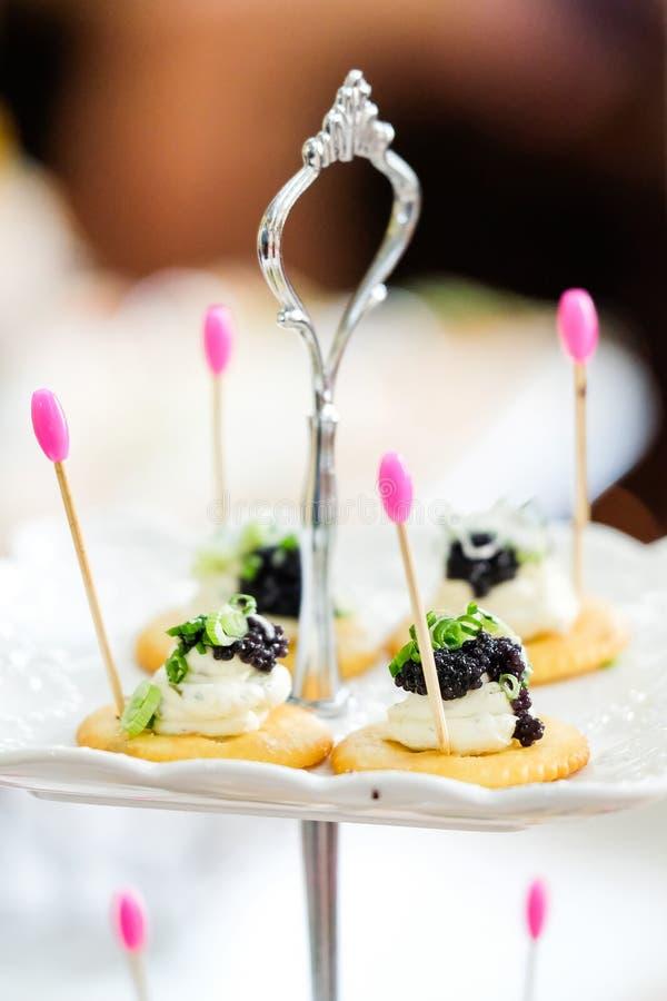 Canapes mit geräucherten Lachsen und Kaviar lizenzfreies stockfoto