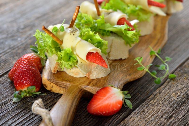 Canapes mit Käse und Erdbeeren lizenzfreie stockfotografie