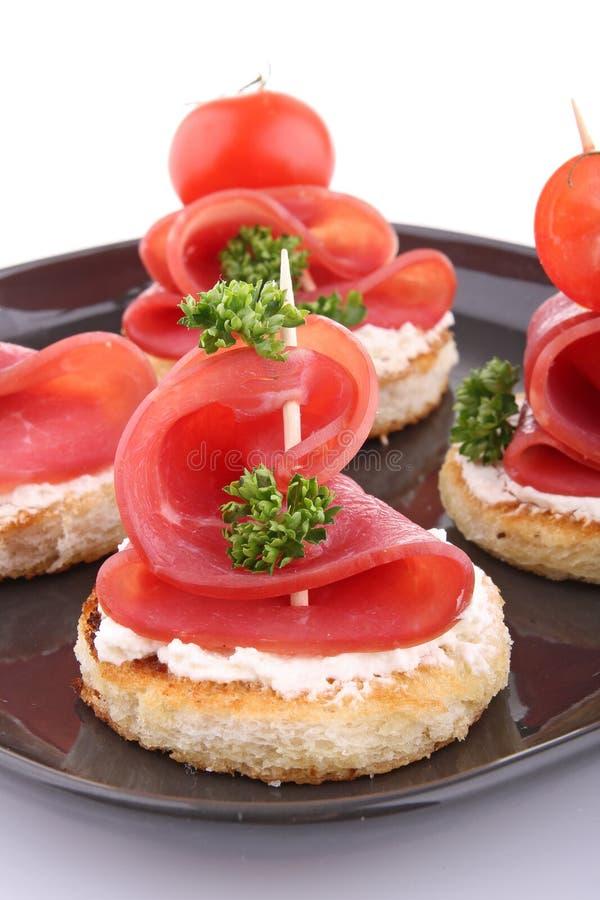 Canapes mit Käse und Speck lizenzfreies stockfoto