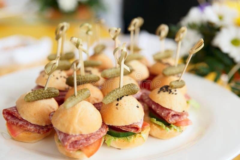 Canapes na tabela do restaurante, luz do dia fotos de stock royalty free