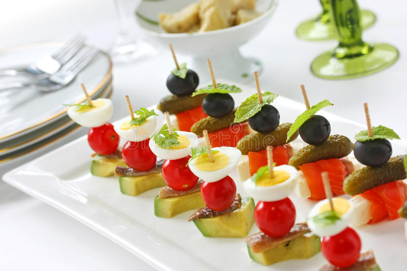 Canapes sui toothpicks, pinchos immagine stock