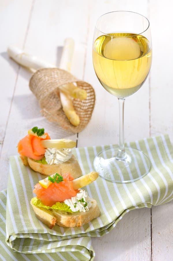 Canapes und Weißwein lizenzfreie stockbilder