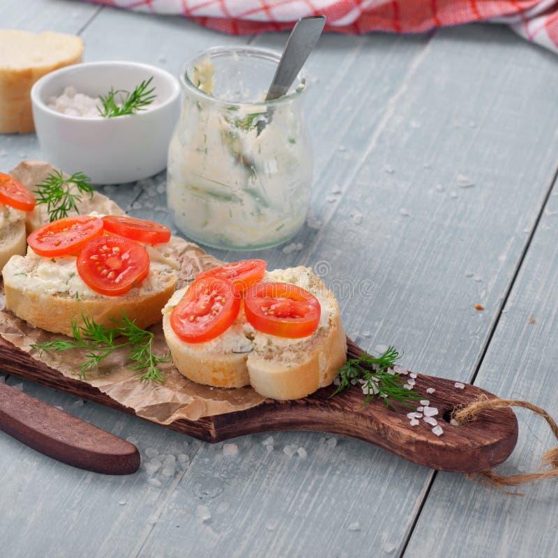 Canapes z curd serem, czereśniowymi pomidorami i koperem, obrazy royalty free
