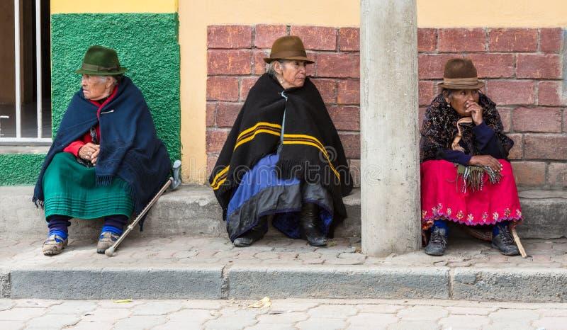 Canar, Ecuador/Juli 12, 2015 - Drie bejaarde Canar-vrouwen zit o royalty-vrije stock foto