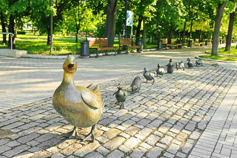 Canard avec des canetons Sculpture en parc de Novodevichy moscou photo libre de droits