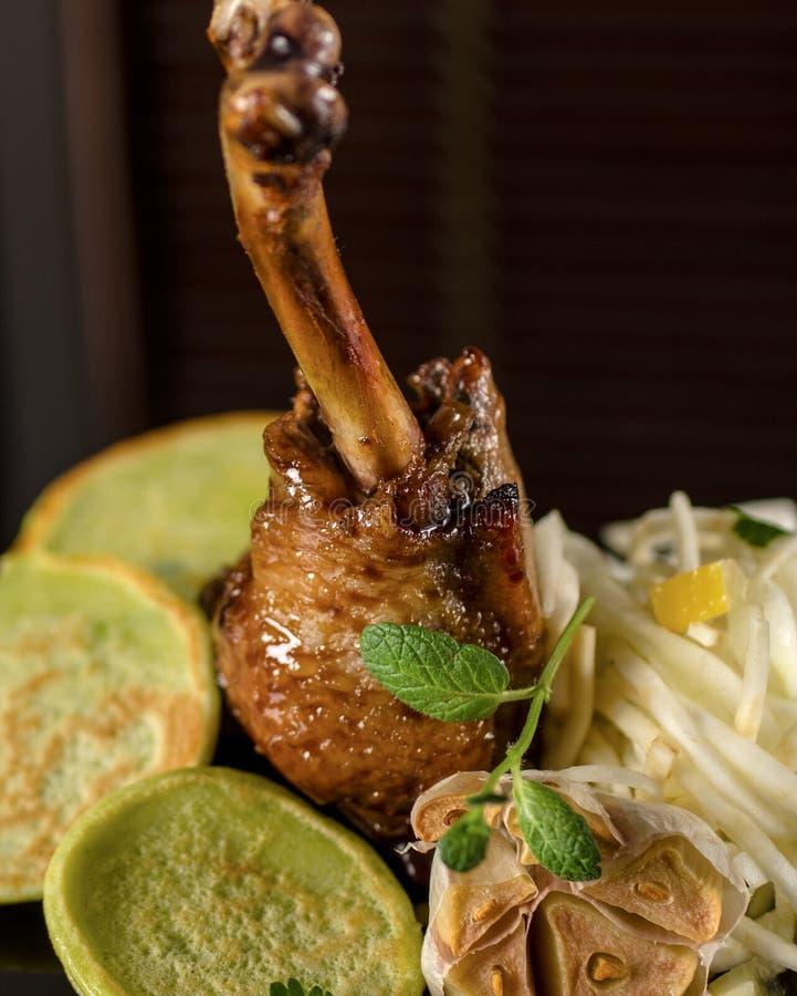 Canard avec des crêpes d'épinards images stock