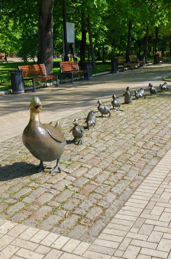 Canard de mère de sculpture en bronze avec des canetons en parc de Novodevichy, Moscou, Russie photo libre de droits