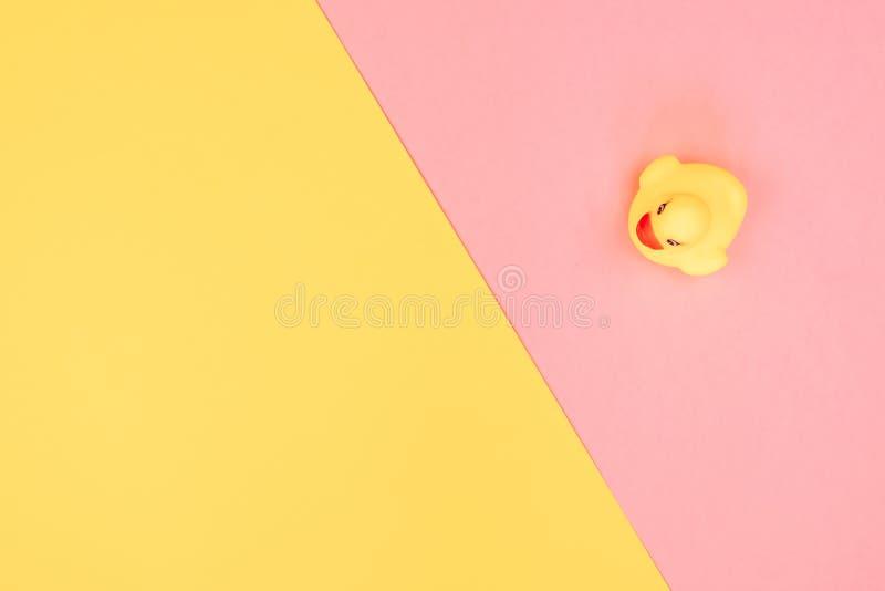 Canard en caoutchouc de bain sur le fond color? Vue sup?rieure sur le canard en caoutchouc de jouet Jeu de jouet pour le flotteme photographie stock