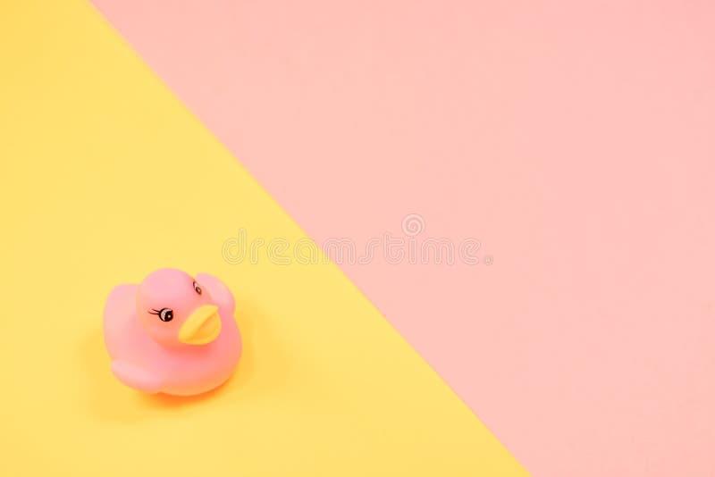 Canard en caoutchouc de bain sur le fond color? Vue sup?rieure sur le canard en caoutchouc de jouet Jeu de jouet pour le flotteme photos libres de droits