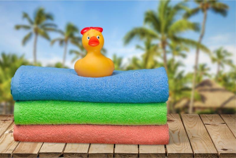 Canard en caoutchouc sur des serviettes photos libres de droits
