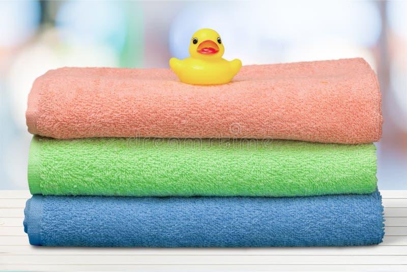 Canard en caoutchouc sur des serviettes photo stock