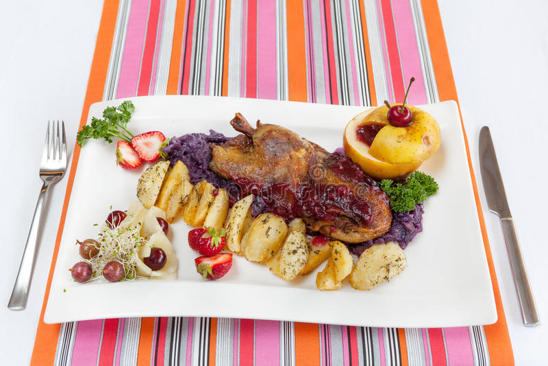 Canard rôti avec des pommes de terre et des légumes photographie stock libre de droits