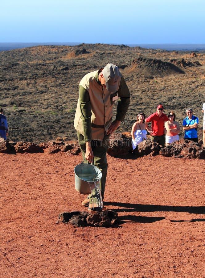 Canarische Eilanden, Lanzarote/van Timanfaya Nationaal Park: Toerisme die - tot een Geiser leiden stock afbeelding