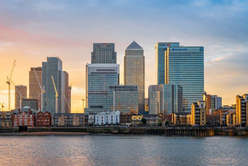 Canary Wharf à Londres au coucher du soleil photos stock