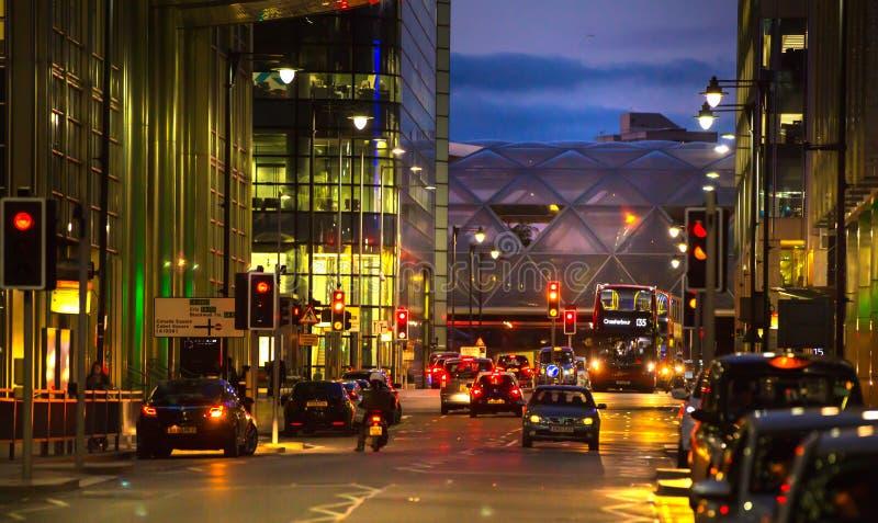 Canary Wharf, άποψη οδών νύχτας με τους φωτεινούς σηματοδότες και τα αυτοκίνητα στοκ εικόνα με δικαίωμα ελεύθερης χρήσης