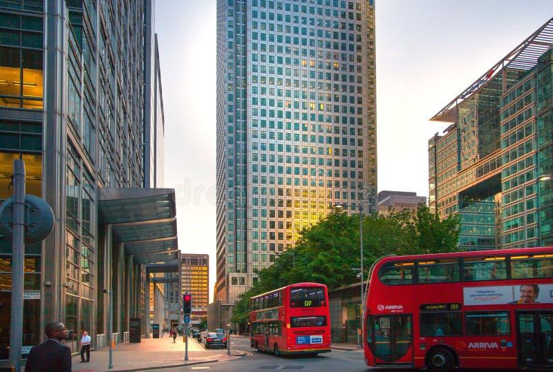 Canary Wharf, ανώτερη άποψη οδών τραπεζών στη νύχτα με τα αυτοκίνητα και τα taxis, Λονδίνο στοκ εικόνα με δικαίωμα ελεύθερης χρήσης