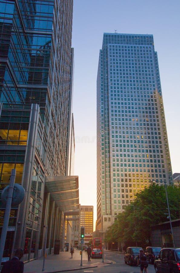 Canary Wharf, ανώτερη άποψη οδών τραπεζών στη νύχτα με τα αυτοκίνητα και τα taxis, Λονδίνο στοκ εικόνες
