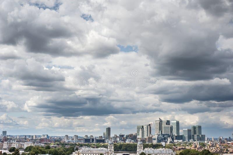 Canary Wharf στο Λονδίνο το δραματικό ουρανό που βλέπει κάτω από από το πάρκο του Γκρήνουιτς στοκ φωτογραφία με δικαίωμα ελεύθερης χρήσης