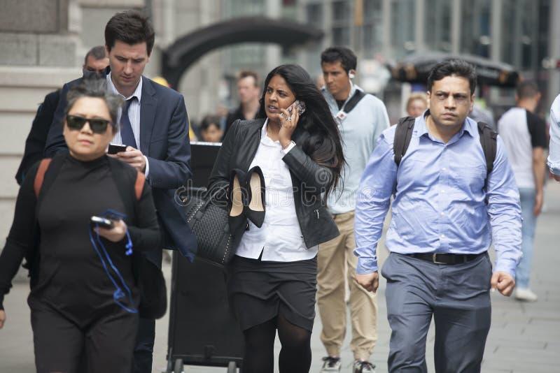 Canary Wharf affärsliv Affärsfolk som hem går efter wor royaltyfri fotografi