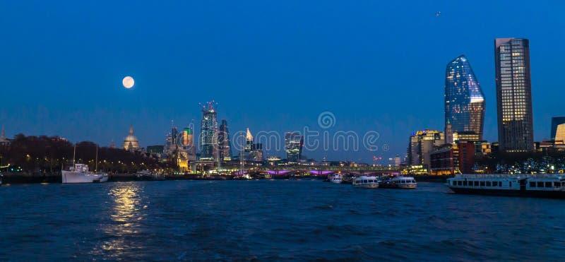 Canary Wharf auf Vollmond lizenzfreie stockfotografie