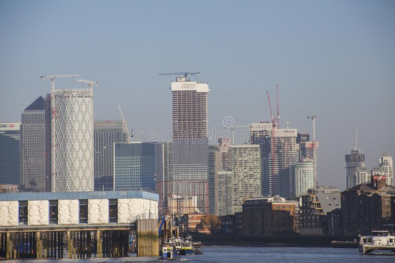 Canary Wharf - byggnader på bankerna av flodThemsen arkivbild