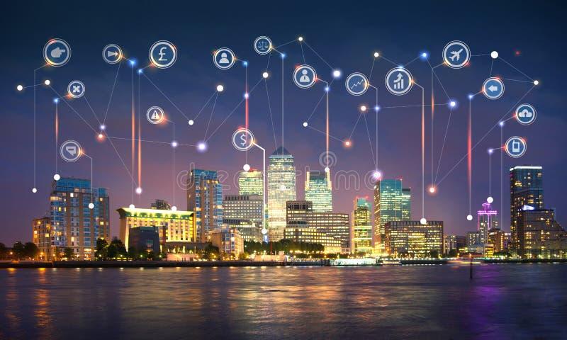 Canary Wharf ed il Tamigi al tramonto Illustrazione con le icone di affari e di comunicazione, concetto delle connessioni di rete immagini stock