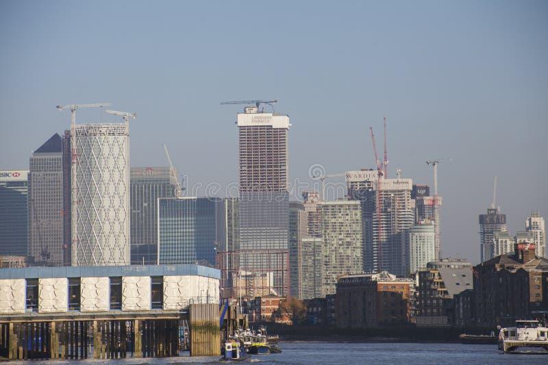Canary Wharf - edificios en los bancos del río Támesis fotografía de archivo