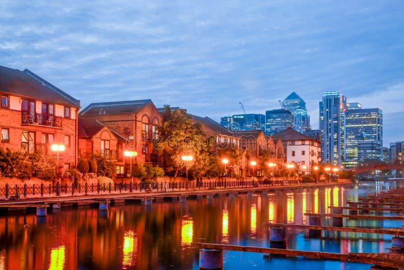Canary Wharf et dock de Millwall la nuit image stock