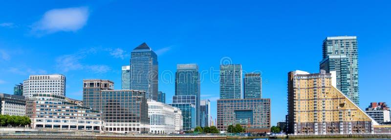 Canary Wharf, financiële hub in Londen in de zonneschijndag stock foto's