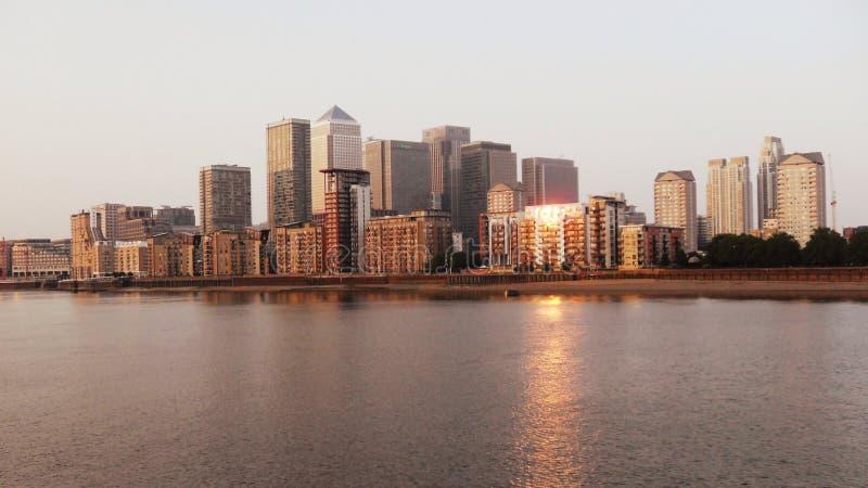 Canary Wharf-Gebäude bei Sonnenuntergang lizenzfreie stockfotos
