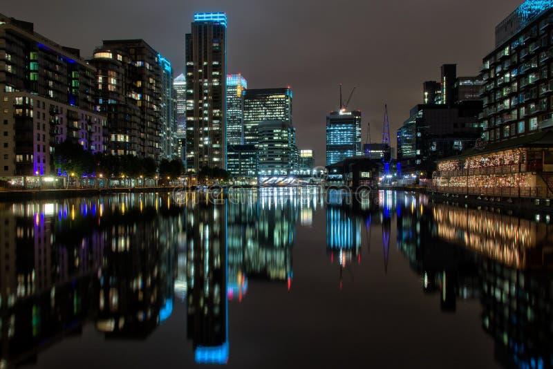 Canary Wharf Londra alla notte immagini stock