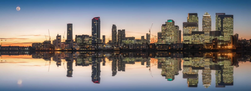 Canary Wharf och hamnkvarteren i London arkivbild