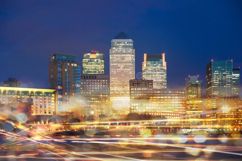 Canary Wharf osserva alla notte con le riflessioni dei semafori fotografia stock libera da diritti