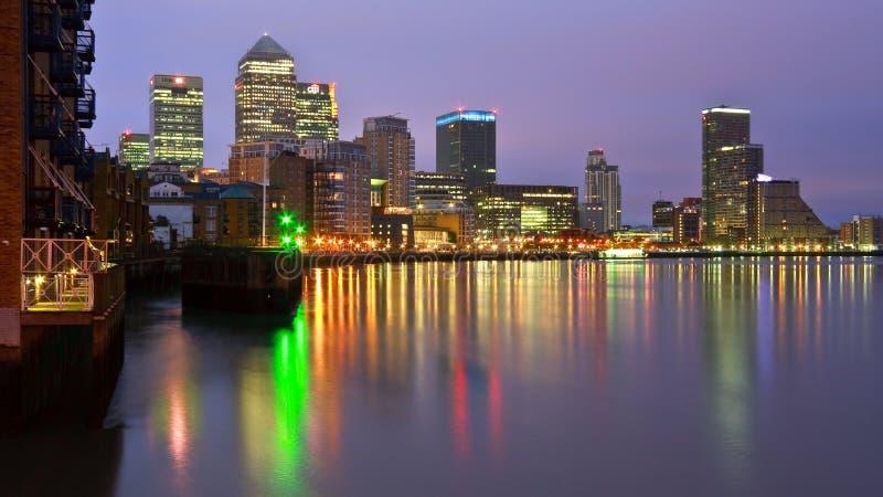 Canary Wharf sobre o rio Tamisa, Londres fotos de stock