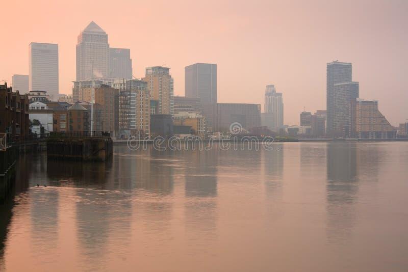 Canary Wharf sobre o rio Tamisa, Londres fotos de stock royalty free
