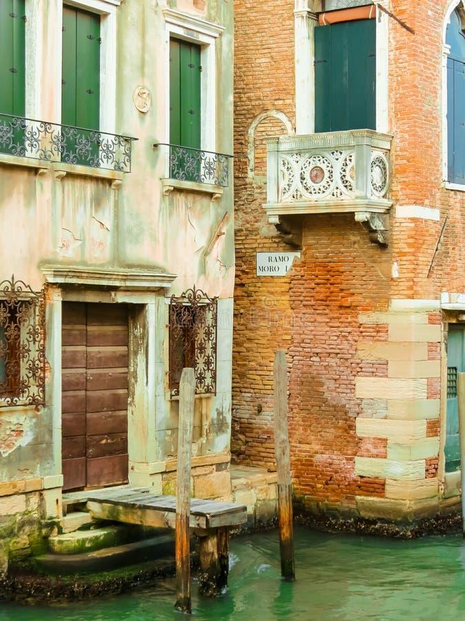 Canaux de Venise pendant l'été images stock