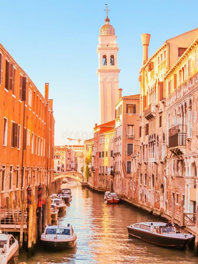 Canaux de Venise pendant l'été photographie stock