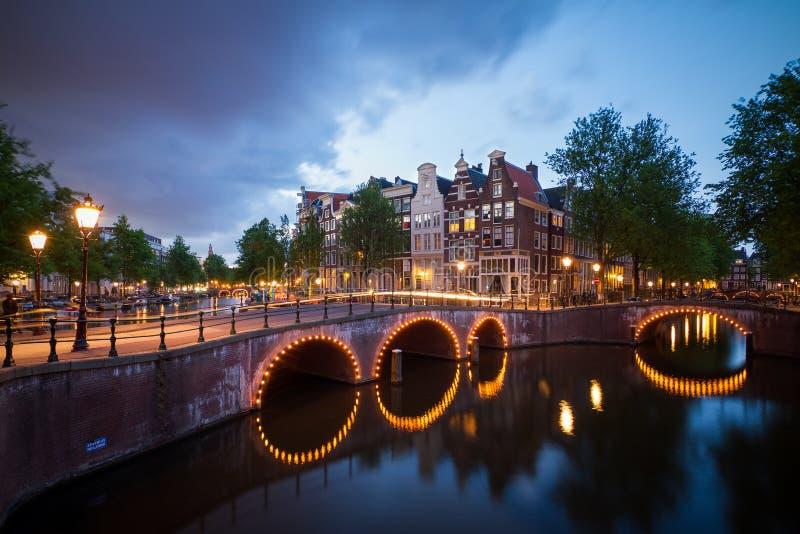 Canaux foncés Amsterdam images stock