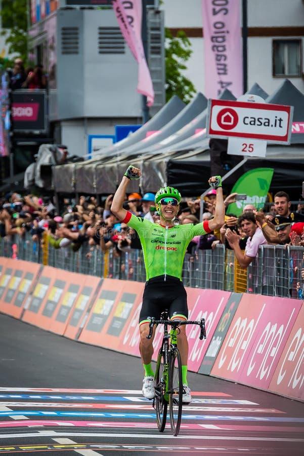 Canazei, Itália 24 de maio de 2017: A passagem de Pierre Rolland Cannondale-Drapac Pro Cycling Team o meta e ganha a fase fotos de stock