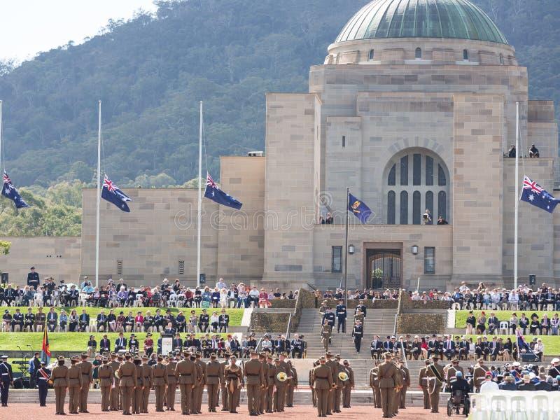 """CANBERRA, AUSTRALIË â€ """"25 April, 2019: Anzac Day National Ceremony hield jaarlijks bij het Australische Oorlogsgedenkteken op An stock afbeeldingen"""