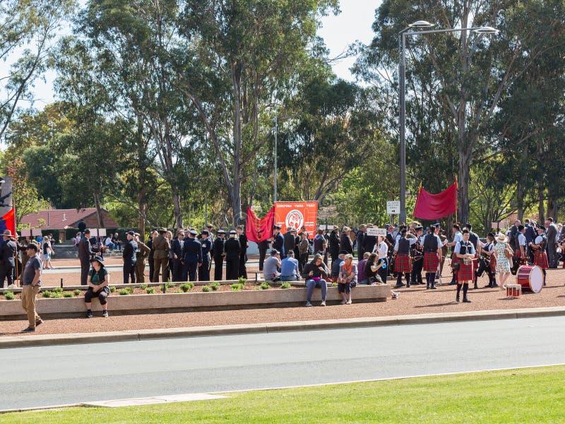 """CANBERRA, AUSTRALIA †""""Kwiecień 25, 2019: Kontyngent przygotowywa maszerować przy Anzac dnia Krajową ceremonią trzymającą dorocz zdjęcie royalty free"""