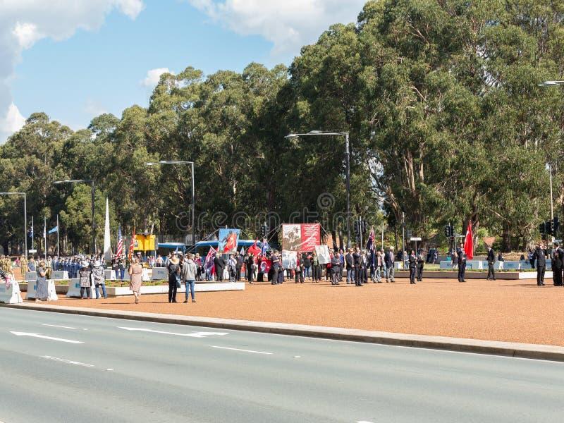 """CANBERRA, AUSTRALIA †""""Kwiecień 25, 2019: Kontyngent przygotowywa maszerować przy Anzac dnia Krajową ceremonią trzymającą dorocz obraz stock"""