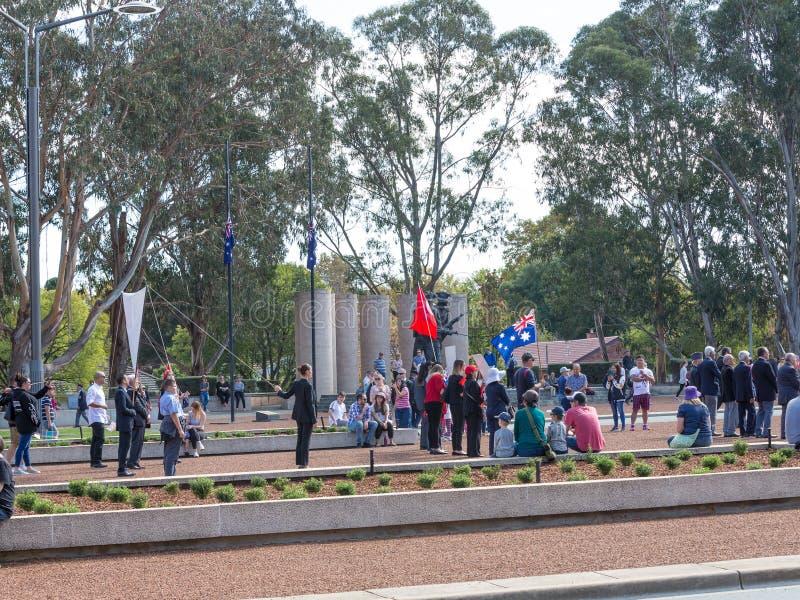 """CANBERRA, AUSTRALIA †""""Kwiecień 25, 2019: Kontyngent przygotowywa maszerować przy Anzac dnia Krajową ceremonią trzymającą dorocz zdjęcia royalty free"""